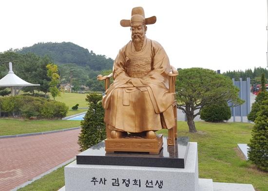 조선 후기의 존경받는 문인, 추사 김정희 선생의 동상이다.