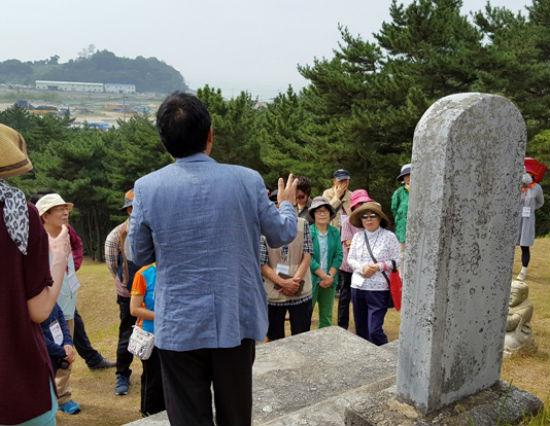 이지함 선생의 묘가 있는 산허리에 올라 관련 설명을 들었다.