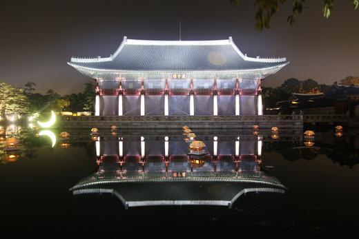 융복합 기술과 전통공연이 어우러진 환상적인 모습의 경회루의 모습.(사진 = 한국콘텐츠진흥원)