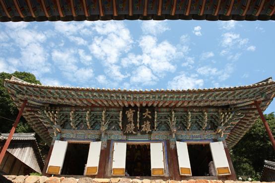 만덕산에 있는 백련사 대웅전. 대웅보전 현판은 조선시대 양명학자 원교 이광사(1705-1777)선생이 썼다. 이광사는 나주 벽서사건에 연좌되어 진도에 유배와 이곳에서 생을 마쳤다.