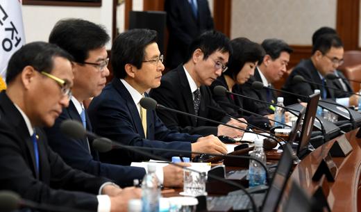 25일 오전 서울 세종로 정부서울청사에서 열린 국무회의에서 황교안 국무총리가 발언하고 있다.
