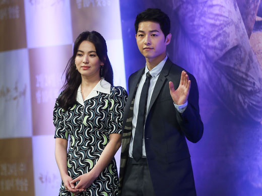 배우 송혜교(왼쪽)와 송중기가 22일 서울 강남구 논현동 임피리얼팰리스서울에서 열린 KBS2TV 새 수목드라마