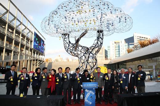 24일 오후 광주 동구 금남로 국립아시아문화전당에서 국립아시아문화전당 개관 1주년을 기념해 참가자들이 성동훈 작가의