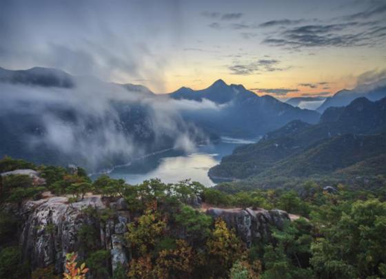 월악산 남한강에서 우뚝 솟은 옥순봉. 남한강에서 우뚝 솟은 암반은 한폭의 그림을 연상시킨다.