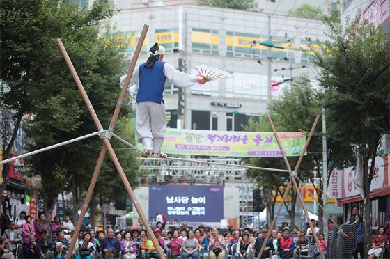 문화가 있는 날 지역거점 특화프로그램 최우수단체상에 선정된 인천서구시설관리공단의 '검단 먹자골목 한판 축제'.