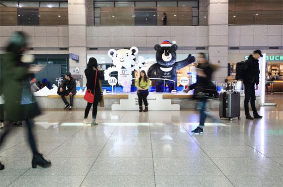 인천공항에 설치된 수호랑과 반다비.(사진 = 2018평창동계올림픽조직위)