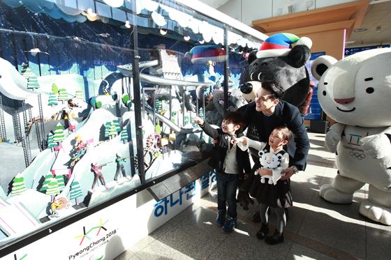 2018 평창동계올림픽 및 동계패럴림픽 조직위원회는 29일 서울역 2층 서부 에스컬레이터 앞에서 '오토마타' 제막식과 소개 행사를 개최했다. (사진 = 평창동게올림픽조직위원회)