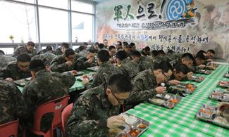 군대급식, 돈가스·탕수육 늘리고 건빵·컵라면은 줄인다