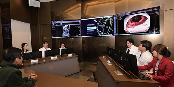 2017년 1월 11일 인천 가천대 길병원 인공지능 암센터 내 다학제 진료실에서 의료진이 암 환자와 가족에게 인공지능