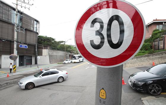 국토교통부는 교통안전을 위해 오는 2021년까지 도심 제한속도를 시속 60km에서 50km 이하로 낮춘다고 14일 밝혔다. 도록 폭이 좁은 이면도로 등의 제한속도는 30km 수준으로 점차 하향한다.