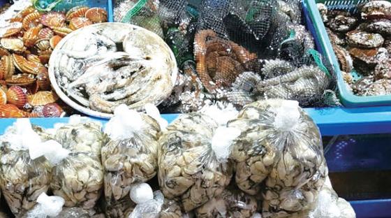 중앙시장에 전시된 각종 해산물.(사진=통영시청)