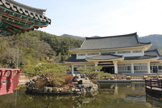 세심정(왼쪽)과 한국가사문학관(오른쪽)의 전경