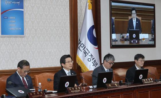 황교안 대통령 권한대행 국무총리(왼쪽 두번째)가 15일 오후 서울 세종로 정부서울청사에서 임시 국무회의를 주재하고 있다. (사진=저작권자 (c) 연합뉴스. 무단전재-재배포금지)