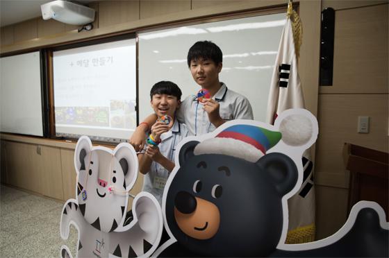 작년 강원도 횡성 서원중 진로멘토링에서 올림픽 메달 만들기 수업을 진행했다. (사진 = 2018평창동계올림픽대회조직위원회)