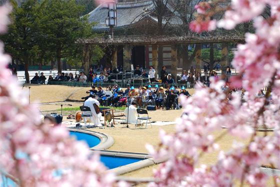 덕수궁을 찾는 관람객들이 봄빛 가득한 고궁의 정취를 만끽할 수 있도록 4월의 매주 금요일 '덕수궁 정오 음악회'를 개최한다. (사진 = 문화재청)