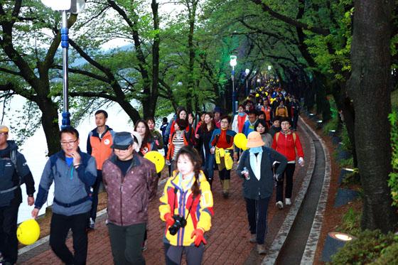 참가자들은 보문호반길을 산책하듯 걸으며 아름다운 추억을 만들고 보문수상공연장에서 달빛공연도 보면서 보문의 밤을 마음껏 즐겼다. (사진=경북관광공사)