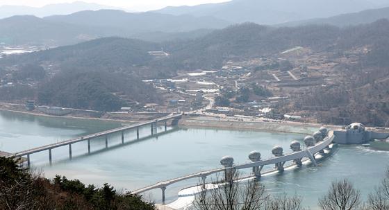 파사산에서 내려다본 남한강 이포대교와 여주보.