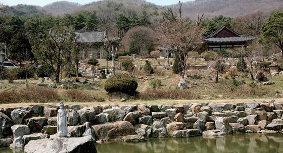 산수유 군락지로 알려진 송말리엔 천년고찰 영원사가 있다.