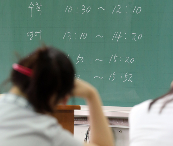 한국경제연구원이 13일 발표한 제4차 산업혁명이 요구하는 한국인의 역량과 교육 개혁 보고서에 따르면 OECD 국가중 우리나라 학생들은 과학과 수학 성적은 높은데 반해 흥미도에서는 평균이하 수준인것으로 나타났다.<저작권자(c) 연합뉴스, 무단 전재-재배포 금지>