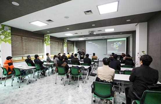 정부는 19일 '건강한 창업생태계 조성 지원방안'을 발표했다. 사진은 청년창업사관학교 강의 모습. (사진=중소기업청)