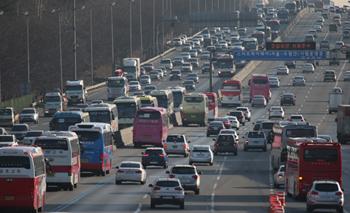 '황금연휴' 고속도로 하행선 5월5일 오전 가장 붐빈다