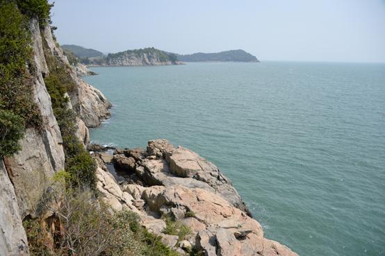 쑥섬의 서쪽은 벼랑으로 해식애가 발달해 있으며 거문도, 손죽도와 마주한 큰 바다와 접해 있다.