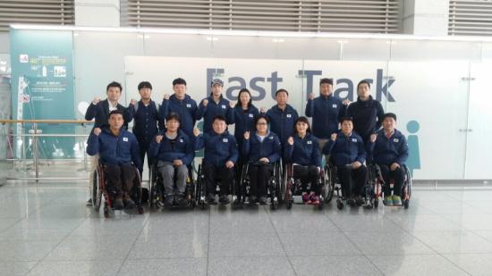 휠체어컬링 선수들과 출국전 찍은 단체사진. (출처 : 대한장애인컬링협회)