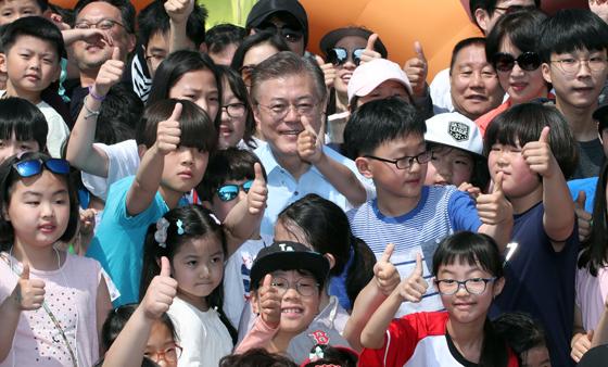 문 대통령이 대선 후보 때인 지난 5월5일 어린이날 국회 잔디마당에서 열린