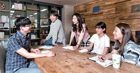 고용노동부가 일·가정 양립 우수 사례로 선정한 엔키아 직원들 모습.(사진=C영상미디어)