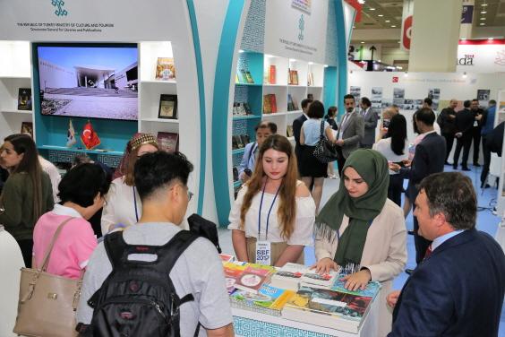 2017서울국제도서전을 방문한 관람객들이 터키 부스에서 책을 보고 있다.