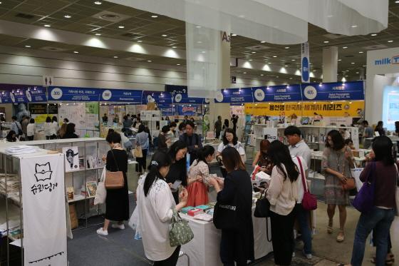 서울 삼성동 코엑스에서 열린 제23회 서울국제도서전을 찾은 사람들이 책을 보고 있다.