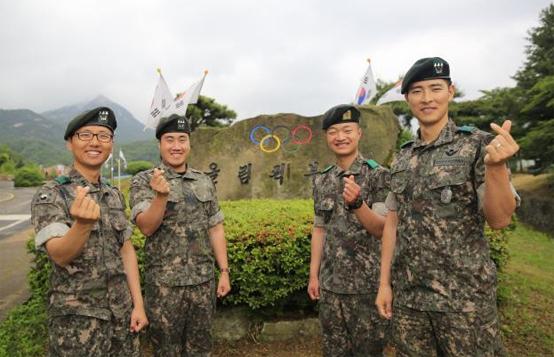 신속한 응급처치로 동료 장병의 소중한 생명을 살린 육군72사단 독수리연대 장병들이 손으로 하트를 만들어 보이고 있다.