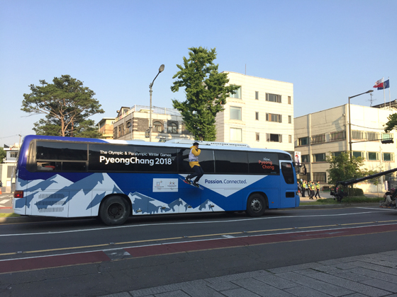 버스에 매달려 허공을 질주하는 스노보드 선수평창동계올림픽 홍보 마술쇼