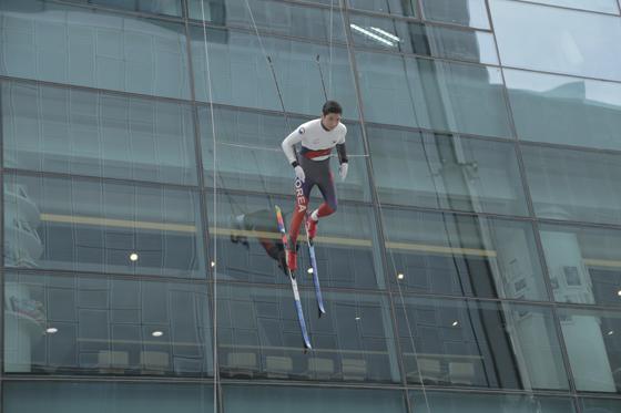 마천루 빌딩 벽을 타고 내려오는 크로스컨트리 스키 선수평창동계올림픽 홍보 마술쇼