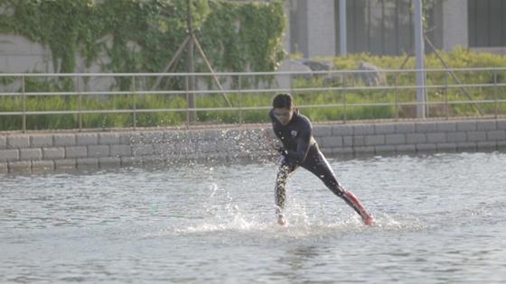 호수 위를 내달리는 스피드 스케이트 선수평창동계올림픽 홍보 마술쇼
