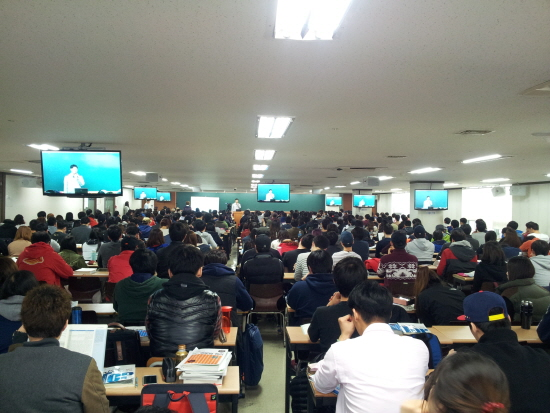 강의실에 학생들이 빽빽히 들어차있다. (출처 : 서울경찰)
