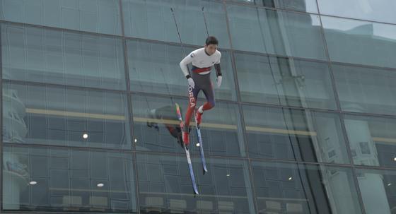 마천루 빌딩 벽을 타고 내려오는 크로스컨트리 스키 선수.(평창동계올림픽 홍보 마술쇼)
