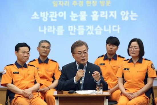 소방관들과의 간담회에서 문재인 대통령은 소방인력을 늘리겠다고 약속했다.(출처=청와대)