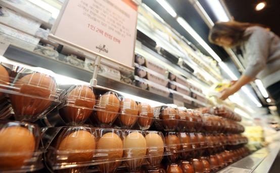 정부는 AI 영향으로 가격이 크게 오른 계란 가격 안정화를 위해 태국산 계란을 주당 200만개씩 수입하는 등 수입선을 다변화하기로 했다. (사진=저작권자(c) 연합뉴스, 무단 전재-재배포 금지)