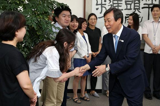 도종환 장관이 19일 취임식을 치른 뒤 문체부 부서를 돌며 직원들과 인사를 나누고 있다.