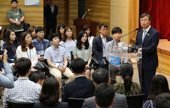 도종환 제50대 문화체육관광부 장관이 19일 취임했다.
