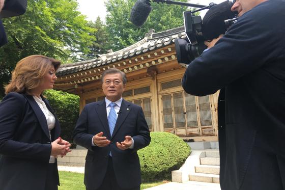 문재인 대통령이 20일 오전 청와대 상춘재 앞에서 미국 CBS '디스 모닝(This Morning)'과 인터뷰를 하고 있다. (사진=청와대)