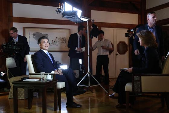 문재인 대통령이 20일 오전 청와대에서 미국 CBS '디스 모닝(This Morning)'과 인터뷰를 하고 있다.