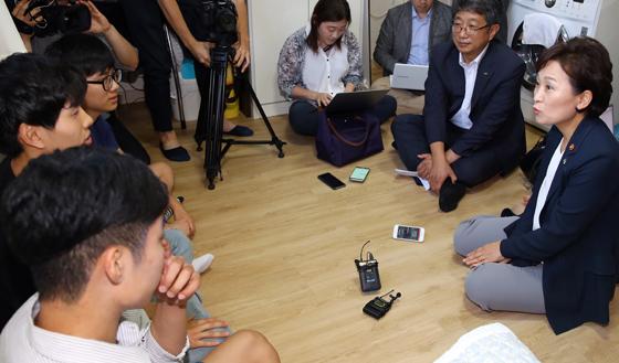 김현미 국토부 장관 첫 외부 일정…임대주택 방문