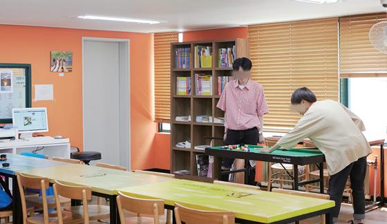 송파 꿈드림센터 2층에 마련된 놀이공간. 수업 시작 전 센터를 찾은 청소년들이 친목을 다지고 있다.(사진=C영상미디어)