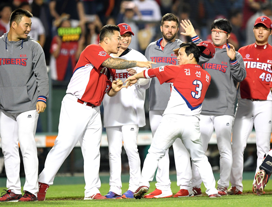 선두 기아의 공포의 9번타자 김선빈. 6월 한달 타율이 4할1푼9리를 기록했다.