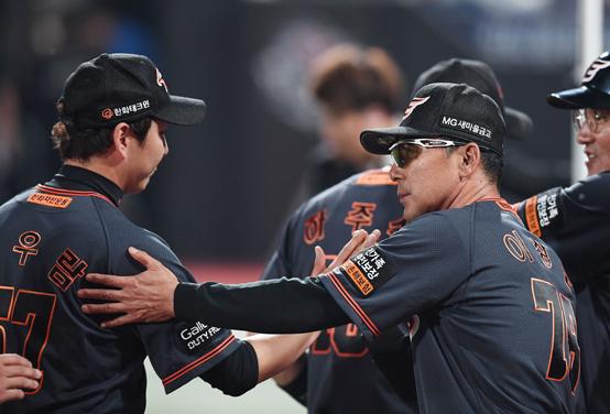 김성근 감독이 떠난 한화는 많은 변화가 있었다. 퀵후크가 줄었고 경기시간도 줄었다. 무엇보다 새롭게 변신하는 모습이 눈에 띈다.