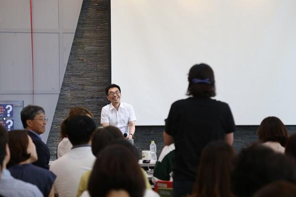 하승창 사회혁신 수석이 참석자의 질문을 듣고 있다.