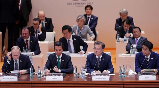 문재인 대통령이 7일 오전(현지시간) 독일 함부르크 G20 정상회의장에서 열린 G20 정상회의 세션1 및 업무오찬에 참석하고 있다. (사진=청와대)