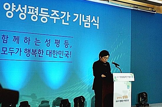 임명 후 첫 외부행사에 참석한 여성가족부 정현백 장관.